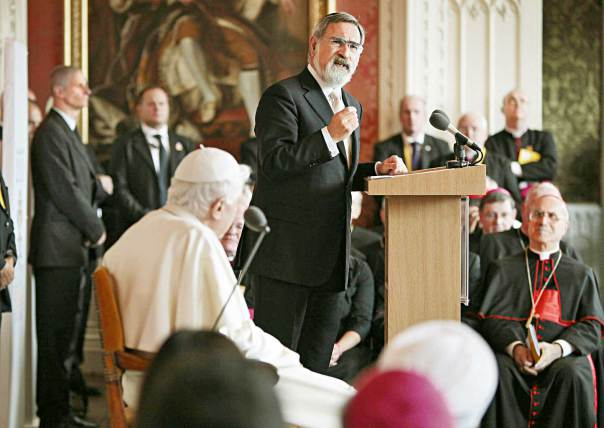 הרב יונתן זקס והאפיפיור בנדיקטוס ה-16 במפגש מנהיגים דתיים בלונדון, 2010