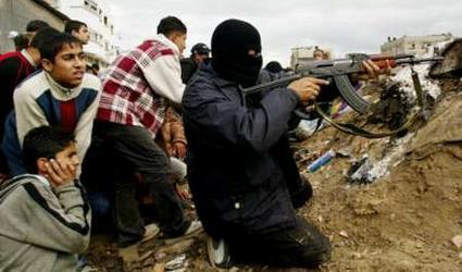 """חייל חמאס יורה לצד ילדים המשמשים לו כמגן אנושי. לפי הקוד האתי של צה""""ל לא ברור אם מותר לירות בו חזרה, ומשמעות הדבר סיכון גבוה של חיילינו בשל שמירה על חיי ילדי האויב."""