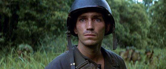 """סרטי המלחמה שהזינו אותנו הצניחו את הצופה הישר אל הבוץ, הדם והעשן של שדה הקרב. תמונה מתוך """"הקו האדום"""""""